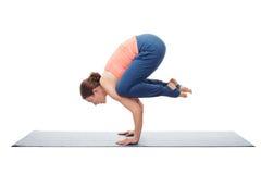 La donna adatta di yogini pratica il asana Bakasana di yoga Immagini Stock