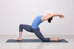 La donna adatta di yogini pratica il asana di yoga fotografia stock libera da diritti