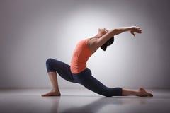La donna adatta di yogini pratica il asana di yoga Fotografia Stock