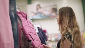 La donna adorabile compra i vestiti stock footage