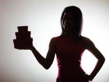 La donna adorabile con cuore rosso ha modellato il contenitore di regalo Fotografia Stock Libera da Diritti