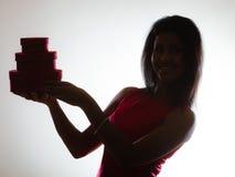 La donna adorabile con cuore rosso ha modellato il contenitore di regalo Immagine Stock