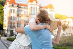 La donna adulta abbraccia l'uomo Immagini Stock
