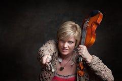 La donna afferra un violino Fotografia Stock