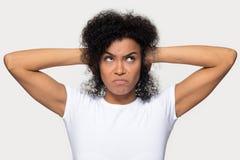 La donna africana arrabbiata ha chiuso le sue orecchie con il colpo dello studio delle mani immagini stock
