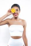 La donna africana di bella misura preferisce la dieta di salute Fotografia Stock