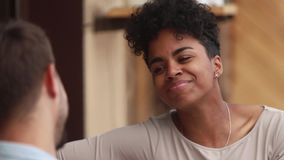 La donna africana felice gode della conversazione con il ragazzo caucasico dell'amico dell'uomo archivi video