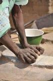 La donna africana impasta i cereali Immagini Stock Libere da Diritti