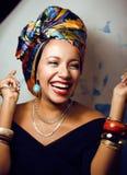 La donna africana intelligente di bellezza con creativo compone immagine stock libera da diritti