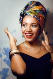 La donna africana intelligente di bellezza con creativo compone fotografie stock libere da diritti
