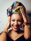 La donna africana intelligente di bellezza con creativo compone fotografia stock