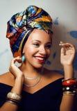 La donna africana intelligente di bellezza con creativo compone immagini stock libere da diritti
