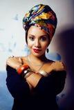 La donna africana intelligente di bellezza con creativo compone, scialle sulla testa immagine stock