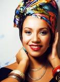La donna africana intelligente di bellezza con creativo compone, scialle sulla testa fotografie stock