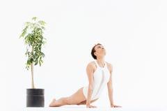 La donna africana riccia che fa allungando l'yoga si esercita sul pavimento Fotografia Stock Libera da Diritti