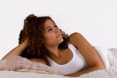 La donna africana sta pensando il giorno Immagini Stock