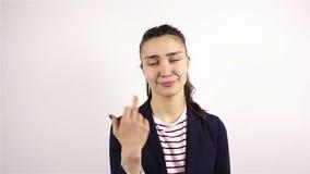 La donna aggressiva cattiva mostra il dito medio stock footage
