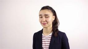 La donna aggressiva cattiva mostra il dito medio video d archivio