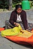 La donna agricola nepalese ordina il grano in un piccolo villaggio a Vic Fotografia Stock Libera da Diritti