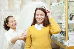 La donna aiuta la sposa nella scelta degli accessori nuziali Immagine Stock Libera da Diritti