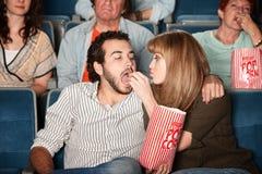 La donna alimenta il ragazzo al film immagini stock