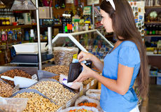 La donna in alimento-acquista Immagini Stock
