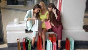 La donna alla moda di shopaholics sta guardando il nuovo acquisto dai depositi di modo nella stagione delle vendite e degli scont video d archivio