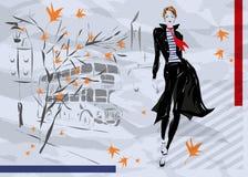 La donna alla moda scende la via, autunno Immagine Stock