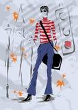 La donna alla moda scende la via, caduta, Immagini Stock