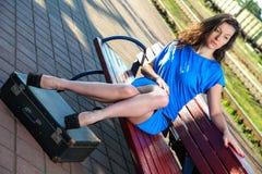 La donna alla stazione ferroviaria Fotografie Stock