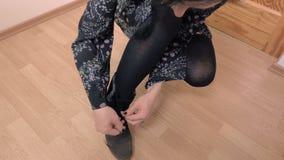 La donna allaccia gli stivali