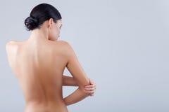 La donna allegra di misura è preoccuparsi del suo corpo immagini stock libere da diritti