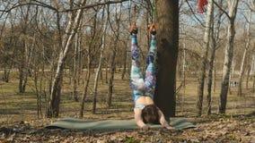 La donna allunga il corpo con gli esercizi di aerogravity sulle corde stock footage