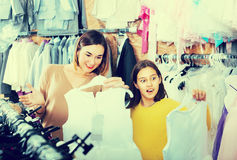 La donna 25-29 anni con la ragazza 10-15 anni sta acquistando il fa Fotografie Stock