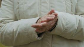 La donna anziana applaude archivi video