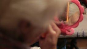 La donna anziana che pettina i suoi capelli a casa si chiude su video d archivio