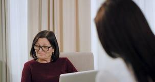 La donna anziana dello psicologo ha una sessione di terapia con un womna che la strega paziente ha una depressione, medico che as archivi video