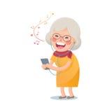 La donna anziana felice ascolta la musica Immagini Stock
