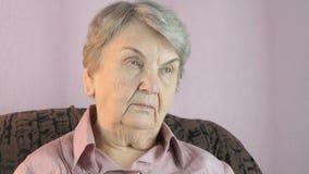 La donna anziana guarda nella direzione all'interno archivi video