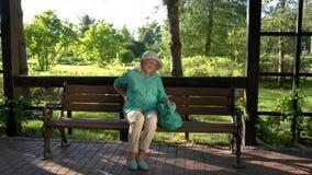 La donna anziana ha mal di schiena video d archivio