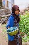 La donna anziana indonesiana vuole effettuare i suoi raccolti Fotografia Stock