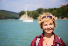 La donna anziana positiva sta viaggiando Immagini Stock Libere da Diritti