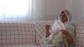 La donna anziana prega con il rosario archivi video