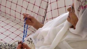 La donna anziana prega con il rosario video d archivio