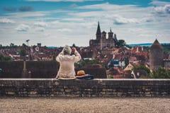 La donna anziana prende un'immagine di Semur-en-auxois immagine stock