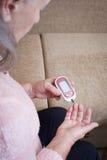 La donna anziana produce l'alta glicemia difficile Immagini Stock Libere da Diritti
