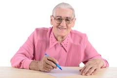 La donna anziana redige il documento Fotografie Stock