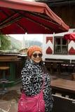 La donna anziana tailandese asiatica che posa per prende la foto al villaggio di Samnaun Immagini Stock