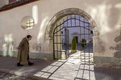 La donna anziana va alla chiesa pregare Fotografie Stock Libere da Diritti