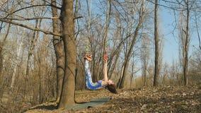 La donna appende sulle corde sull'albero in aerogravity di addestramento video d archivio